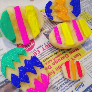 http://newyoungmum.com/craftsmessy-play/easter-crafts-easter-egg-potato-stamping/